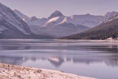 Dawn Mountain Landscape στη λίμνη ψεκασμού το χειμώνα στοκ φωτογραφία με δικαίωμα ελεύθερης χρήσης