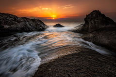 Dawn onder de rotsen Royalty-vrije Stock Foto's