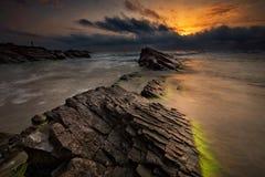Dawn onder de rotsen Stock Afbeelding