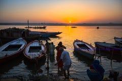 Dawn op de rivier van Ganges, met de silhouetten van boten met pelgrims Stock Foto's