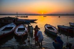 Dawn op de rivier van Ganges, met de silhouetten van boten met pelgrims Royalty-vrije Stock Fotografie