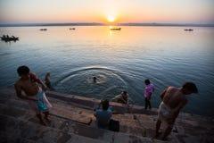 Dawn op de rivier van Ganges, met silhouetten van boten met pelgrims Stock Foto's