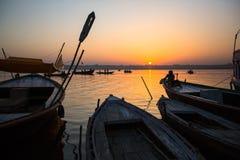 Dawn op de rivier van Ganges, met silhouetten van boten met pelgrims Royalty-vrije Stock Foto