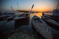 Dawn op de rivier van Ganges, met silhouetten van boten met pelgrims Royalty-vrije Stock Foto's