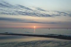 Dawn op het overzees, de vissers, de bezinning van mooie sk Royalty-vrije Stock Afbeelding
