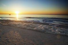 Dawn op het overzees, overzees schuim op de kust, de vissers op de boa Stock Foto's