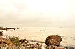 Dawn op het verlaten overzees stock afbeelding