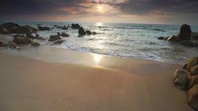 Dawn op mooie stranden met wit zand schiet golven zoals zijde weg om mooi velen te creëren stock videobeelden