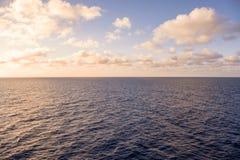 Dawn op zee royalty-vrije stock afbeeldingen