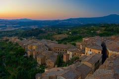 Dawn in oude Italiaanse stad stock afbeelding