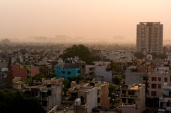 Dawn over gurgaon Delhi die gebouwen en huizen tonen Stock Foto's