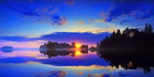 Dawn over het meer. stock afbeeldingen