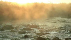 Dawn over het Meeslepen van rivier stock footage