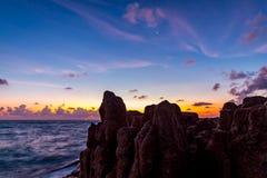 Dawn over overzees en rotsen op een tropisch eiland Stock Foto's