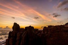 Dawn over overzees en rotsen op een tropisch eiland Stock Foto