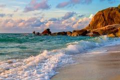 Dawn over overzees en rotsen op een tropisch eiland Royalty-vrije Stock Afbeeldingen
