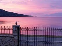 Dawn Overlooking colorée une baie du golfe de Corinthe, Grèce photographie stock libre de droits