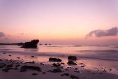 dawn plażowy znaleźć odzwierciedlenie niebieski jasnego nieba wody zdjęcie royalty free