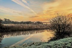 Dawn River in de winterzonsopgang met vorst stock fotografie