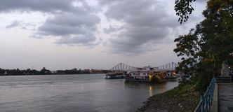 Dawn rivier in stad stock fotografie