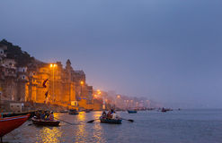 Dawn Rowing Boats no Ganges em Varanasi Fotografia de Stock