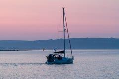 Dawn Sailing do porto de Porthcawl foto de stock