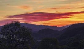 Dawn Sky colorida sobre las montañas de Snowdonia fotografía de archivo