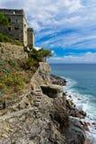 Dawn Tower que pasa por alto el mar en Monterosso, Cinque Terre, Ital Fotografía de archivo libre de regalías