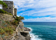Dawn Tower que pasa por alto el mar en Monterosso, Cinque Terre, Ital Foto de archivo libre de regalías