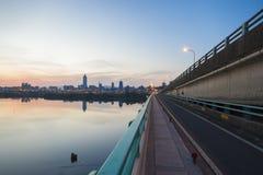 Dawn View von Taipeh-Stadt von Tamsui-Fluss stockbild