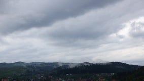 Dawn in wolken over kleine stad in bergen Geschoten op Canon 5D Mark II met Eerste l-Lenzen stock footage
