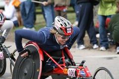 Dawna Callahan rent haar rolstoel Stock Fotografie