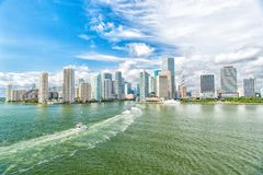 Dawntown Майами, США Взгляд горизонта Майами городского на солнечном и пасмурном дне с изумительной архитектурой концепция переме стоковая фотография