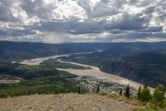 Dawson City ed il fiume Yukon dalla cupola di mezzanotte, il Yukon Fotografia Stock