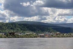 Dawson City från väntande område för färja över Yukon River, Kanada Royaltyfri Fotografi