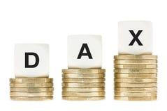 DAX (índice de la parte de la bolsa de acción de Francfort) en las pilas de la moneda de oro aisladas en blanco Foto de archivo libre de regalías