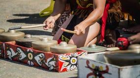Dayak traditionele stam van de kunstenaars die van Borneo gong/traditioneel slaginstrument spelen Stock Fotografie