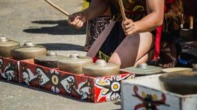 Dayak traditionele stam van de kunstenaars die van Borneo gong/traditioneel slaginstrument spelen Royalty-vrije Stock Fotografie