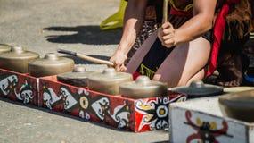 Dayak traditionele stam van de kunstenaars die van Borneo gong/traditioneel slaginstrument spelen Stock Foto