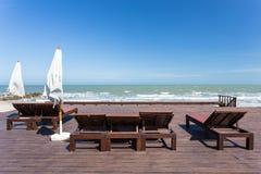 Daybed e a praia Fotos de Stock Royalty Free
