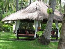 Daybed in tropische tuin royalty-vrije stock foto's