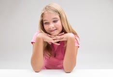 Daydreaaming oder denkendes Positiv des schüchternen Mädchens stockfoto