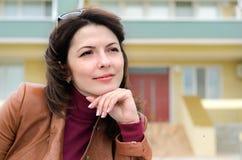 Daydreaming красивой молодой женщины сидя Стоковое Изображение RF
