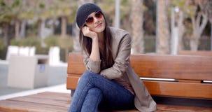 Daydreaming счастливой расслабленной ультрамодной женщины сидя Стоковые Изображения RF