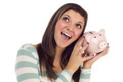 Daydreaming fêmea étnico, prendendo o banco Piggy cor-de-rosa Foto de Stock Royalty Free