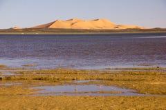 Dayet Srji Salt Lake debajo de las dunas del ergio Chebbi Fotos de archivo