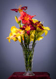 Daylilies en un florero Foto de archivo