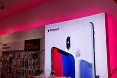 Dayton - около апрель 2018: дисплей iPhone x на T-передвижном беспроволочном магазине T-передвижные модернизированные сотни больш Стоковые Фотографии RF