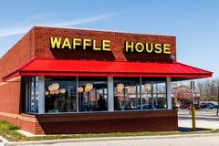 Dayton - Circa April 2018: Buitenkant en Embleem van Iconisch Zuidelijk de Wafelhuis van de Restaurantketting Het wafelhuis werd  Stock Fotografie