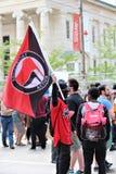 Dayton, OH/Соединенные Штаты - 25-ое мая 2019: 600 протестующих вновь собираются против членов сообщенных 9 KKK стоковые изображения
